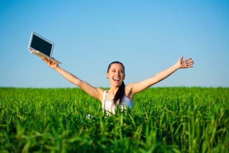 freiberufler: Freiberufler gl�cklich M�dchen auf einer gr�nen Wiese mit einem Laptop Sommer Lizenzfreie Bilder