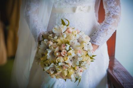 bouquet de la mari�e dans les mains de la mari�e Banque d'images - 23848591
