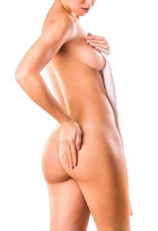 ragazza nuda: nuda donna ragazza si copre il suo corpo con un asciugamano Archivio Fotografico