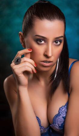 girl naked: hermosa mujer en ropa interior en un fondo azul Foto de archivo