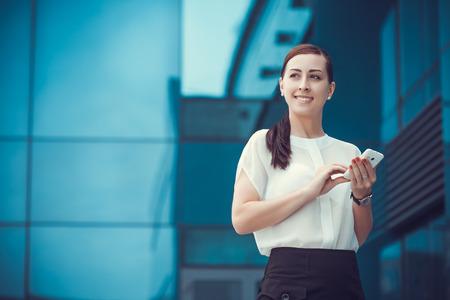 mujer trabajadora: emprendedor o empresario hablando por tel�fono celular. de negocios de la ciudad de trabajo.