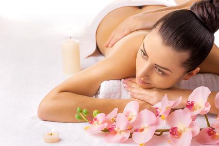 hermosa mujer en un salón de masajes