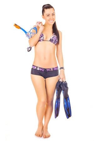 mujer cuerpo completo: mujer de pie llevando snorkel de pie. aislado