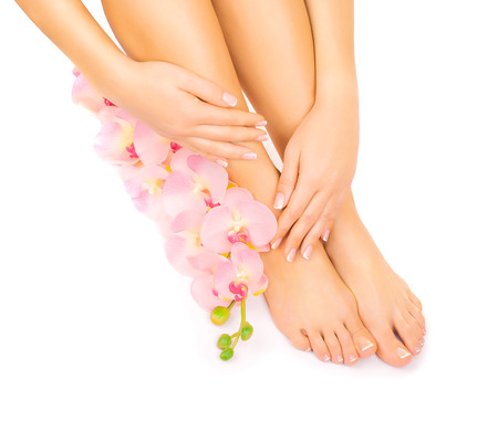 manicura y pedicura con una flor rosa orquídea