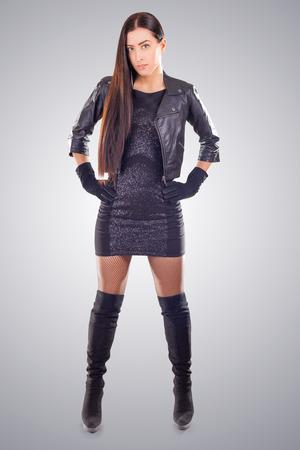mini skirt: jolie fille en mini jupe et une veste en cuir sur fond bleu Banque d'images
