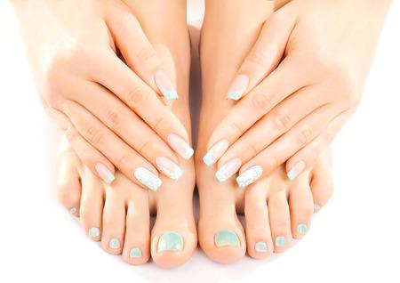 beaux pieds avec pédicure turquoise isolés