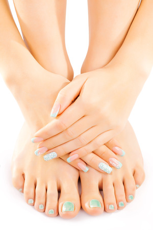 manicura: pies femeninos con pedicure turquesa aislados