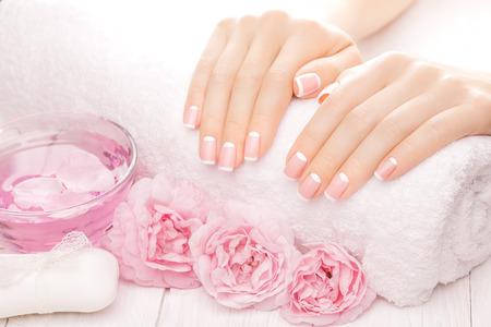 tratamientos corporales: manicure francés con flores color de rosa. spa