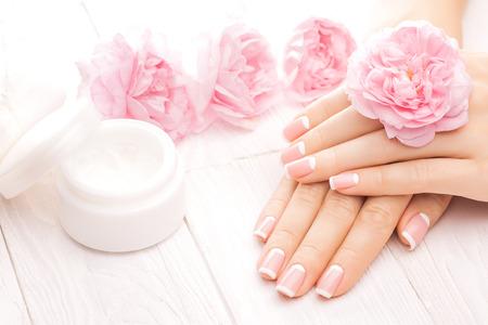 manicura: hermosa manicura francés con té de color rosa flores color de rosa