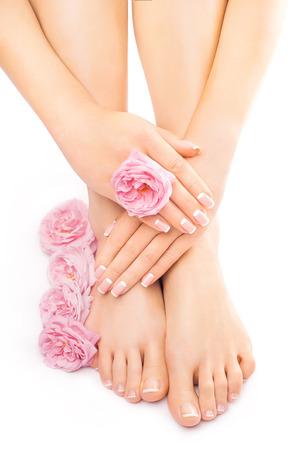 페디큐어와 매니큐어와 핑크 장미 꽃