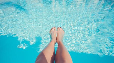 pies sexis: Piernas hermosas en la piscina.