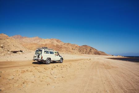 山の砂漠の道から離れた道