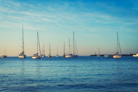 Yacht at sunrise in ocean bay Stockfoto