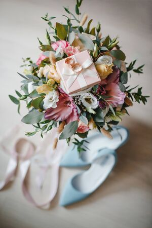 Wedding Rings, bouquet and blue shoes. Wedding Accessories Stockfoto