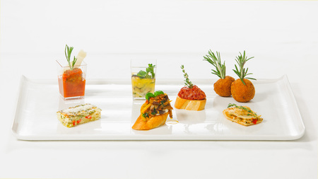 シェフからの驚くほどの美しいサーブおいしいとオリジナル前菜タパス ・ バー 写真素材