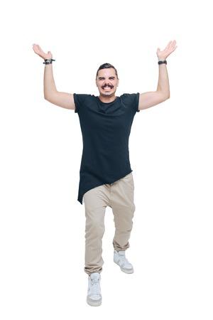 levantar peso: Hombre joven en una camisa de color negro como si estuviera sosteniendo un objeto pesado en sus manos extendidas sobre su cabeza
