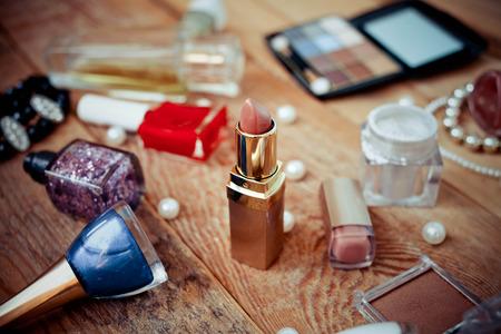 Verschillende make-up producten op houten achtergrond
