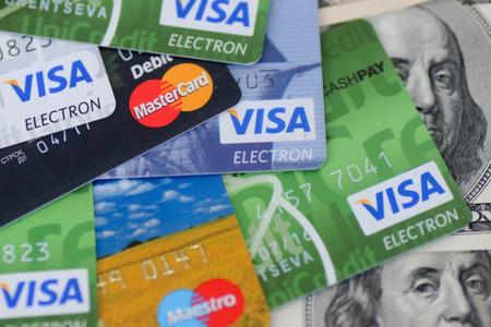 Oekraïne - op 8 mei: Hoop van creditcards, Visa en MasterCard, met Amerikaanse dollar rekeningen, de Oekraïne, op 8 mei 2014. Redactioneel