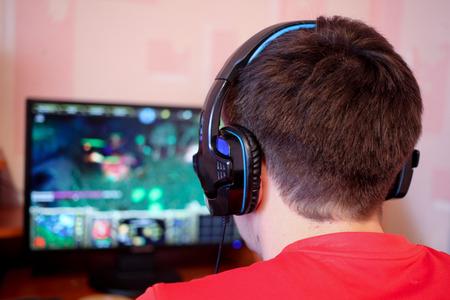 Człowiek grając w gry komputerowe