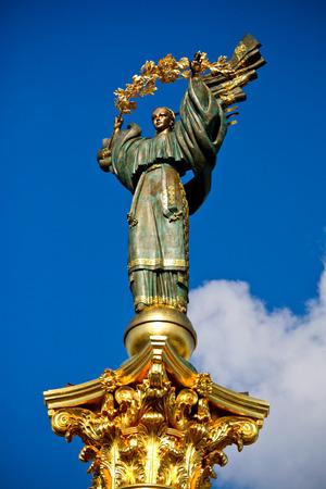 angel de la independencia: Estatua de Berehynia en la parte superior del monumento de la Independencia en el Maidan Nezalezhnosti en Kiev, Ucrania