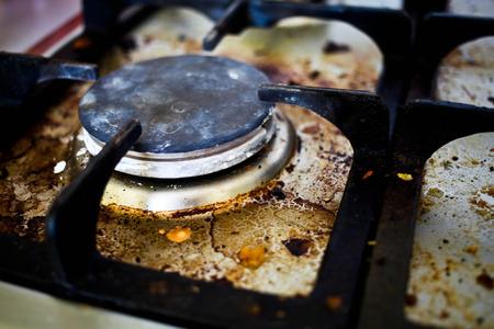오래 된 더러운 가스 레인지의 버너.