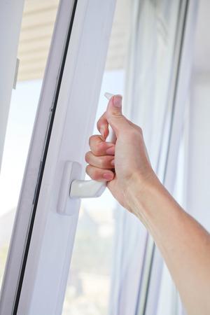 cerrar: la familia se abre una ventana con mosquitera