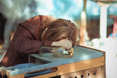 borracho: La mujer borracha que se qued� dormido en una mesa en la calle