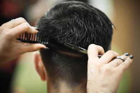 Mannen knipbeurt bij de kapper schaar