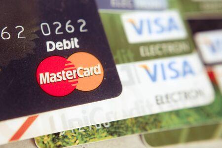 tarjeta visa: Sebastopol, Rusia - febrero 23,2016: Montón de tarjetas de crédito, MasterCard ,, pila de tarjetas de crédito Visa.. tarjeta Visa y Master es la mayor tarjeta de crédito. Editorial