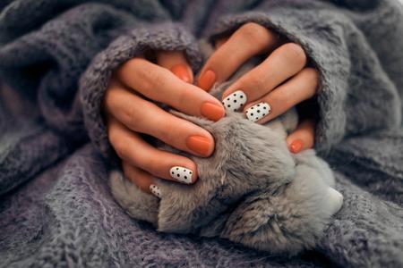 Nagellak en gebreide trui
