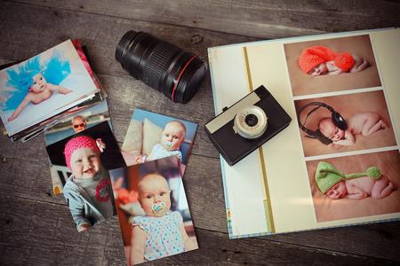 Album mit Kindern ist Fotos, die alte Kamera und ein Objektiv auf einem hölzernen Hintergrund Standard-Bild