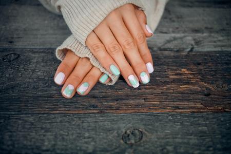 Vrouwelijke handen met zacht nagelontwerp. Stockfoto