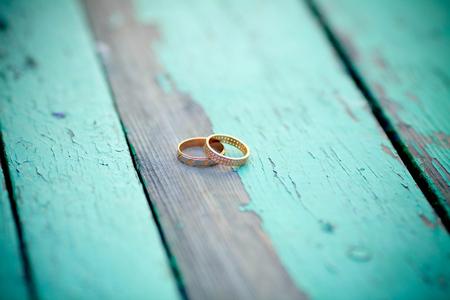 古い木製の背景に結婚指輪 写真素材