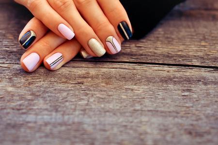 Natuurlijke nagels, gel polish. Perfecte schone manicure zonder nagelriem. Nagelkunstontwerp voor de mode-stijl.