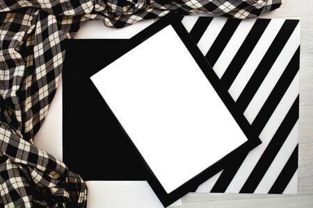 Vorderansicht des leeren Bildes auf einem Schwarzweiss-Hintergrund. Attrappe, Lehrmodell, Simulation. Standard-Bild