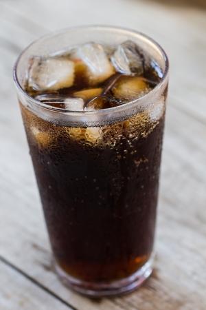 gaseosas: Un vaso de refresco de cola con cubos de hielo