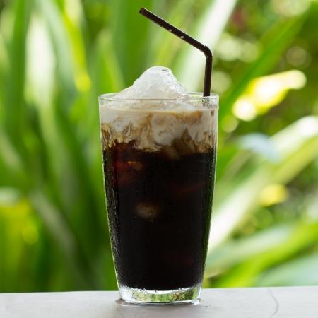 Schwarzer Kaffee, ist kalte Milch auf dem Tisch. Standard-Bild - 19926612