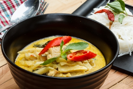 köri: pirinç erişte tavuk yeşil köri ile servis.
