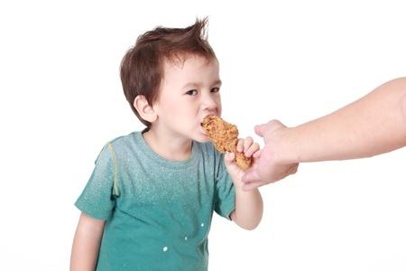 Essen Chicken / Kind essen ein Huhn Bein auf weißem Hintergrund Standard-Bild - 20356985