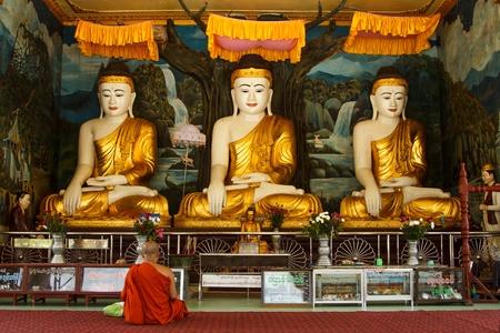 political system: YANGON, MYANMAR - 02 de mayo: Un monje budista no identificado se arrodilla en oraci�n el 2 de mayo de 2013 en Yangon, Myanmar.