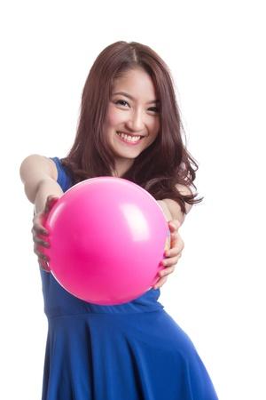 Attraktive asiatische Frau spielt mit Ball auf weißem Hintergrund Standard-Bild - 20733252