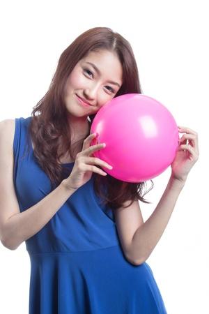 Attraktive asiatische Frau spielt mit Ball auf weißem Hintergrund Standard-Bild - 20733253