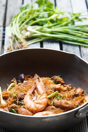 Garnelen mit Nudeln Gemüse-Sauce Essen im asiatischen Stil gebacken Standard-Bild - 21394703