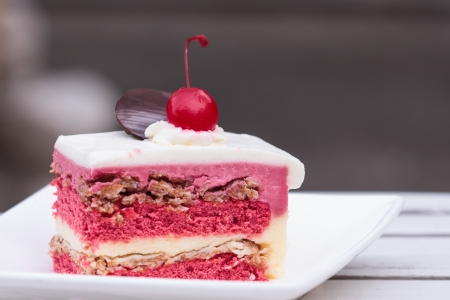 to cake layer: Torta di fragole strato topping con ciliegia