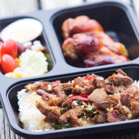 Serviert mit Schweinefleisch gebratener Reis, Chili, Gemüse und gebratenes Huhn in der Box. Standard-Bild - 23885689