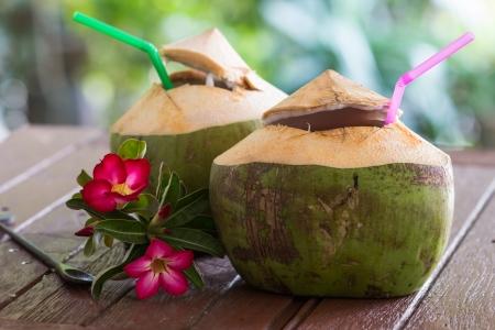 Kokoswasser wird auf den Tisch gelegt und Erfrischung. Standard-Bild - 25229945