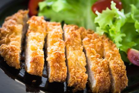 Japanische paniert gebratenem Schweinefleisch. Serviert mit Salat Standard-Bild - 25621973