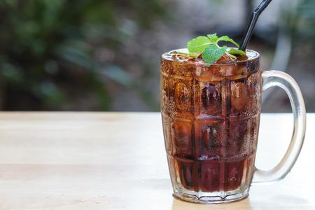Ein Glas Cola mit Eiswürfeln Standard-Bild - 25993169