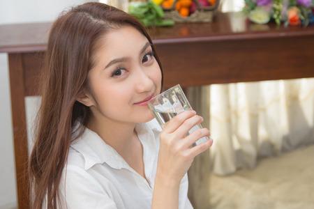 Close-up der hübschen Mädchen trinkt Wasser aus Glas Standard-Bild - 26093674