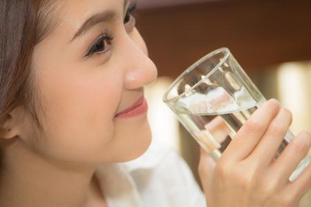 Close-up der hübschen Mädchen trinkt Wasser aus Glas Standard-Bild - 26093675